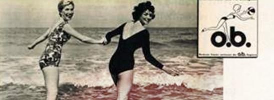 Slika dviju žena u kupaćim kostimima koje se drže za ruke. Slika je staromodna i prikazuje žensku revoluciju. Stari o.b.® logo je prikazan u desnom uglu slike.