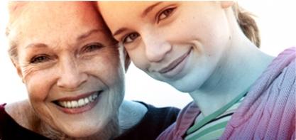 Slika zrele žene pokraj mlade žene. Slika ilustrira povijest o.b.® i kako smo pomogli poboljšati kvalitetu života žene još prije 60 godina.