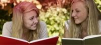Slika dviju mladih djevojki koje čitaju knjigu. Slika ilustrira mnoge mitove koji se povezuju s mjesečnicom.